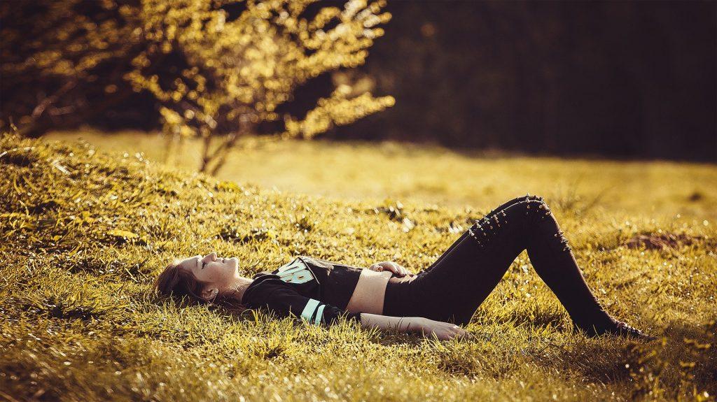 natuur goed voor brein en welzijn meisje in het gras zinvollerleven.nl